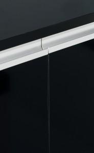 Detalle de columna en negro brillo con tirador metálico integrado