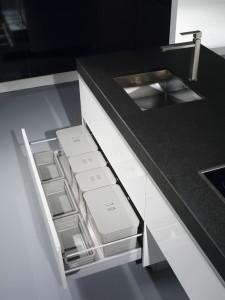 Detalle de gaveta para basuras, reciclaje y limpieza