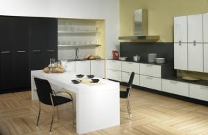 Cocina lineal con acabado en metacrilato blanco, estantes y columnas despensero
