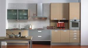 Cocina en madera de roble combinada con gavetas en gris y vitrinas