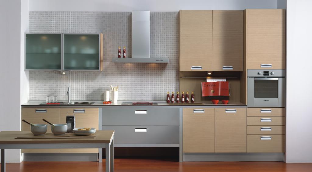Diseño de cocinas lineales y acabado en madera