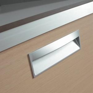 Tirador metálico integrado en la puerta