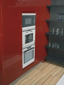 Horno, cafetera y microondas integrados con los muebles despenseros