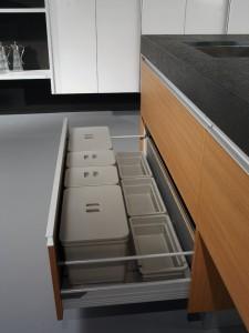 Detalle de gaveta para cubos de basura reciclaje y limpieza
