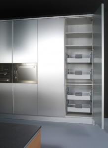 Interior de despensa acabada en aluminio con cajones extraibles interiores