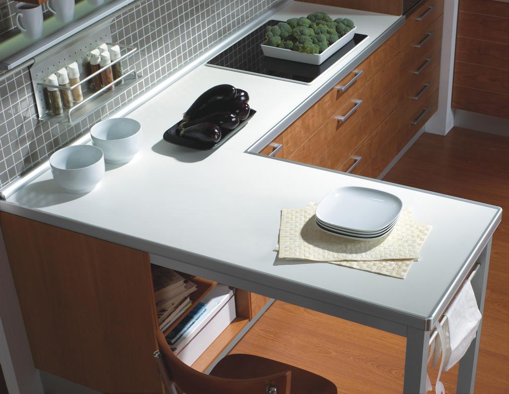 Cocina con pen nsula acabada en madera con l nea plateada for Cocinas con peninsula y mesa