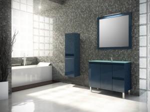 Combianción de muebles en azul cobalto formado por un mueble de lavabo y un mueble auxiliar con tiradores integrados en las puertas