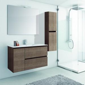 El conjunto está formado por un lavabo de colgar que tiene dos gavetas y una puerta, y por un mueble de colgar también en madera con veta vertical
