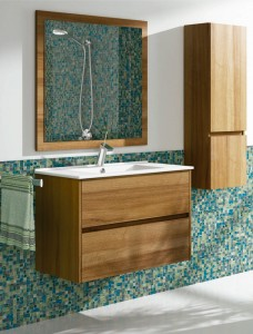 Combinación de lavabo y mueble auxiliar acabados en madera. El lavabo está formado por dos gavetas y el mueble auxiliar por dos puertas, todo en madera con veta.